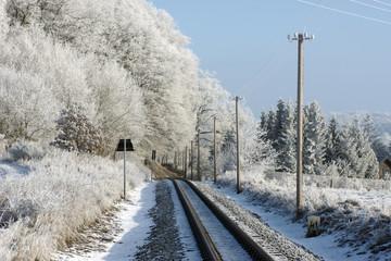 eisenbahngleis bei sonne im winter mit frost und schnee