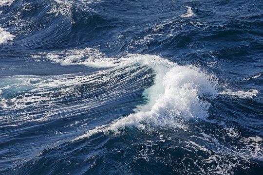 Welle mit Gischtbildung bei stürmischem Wind und grober See  im Atlantik