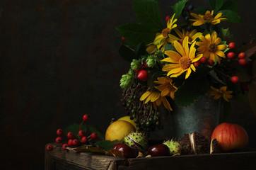herbstliches Stillleben mit Blumen