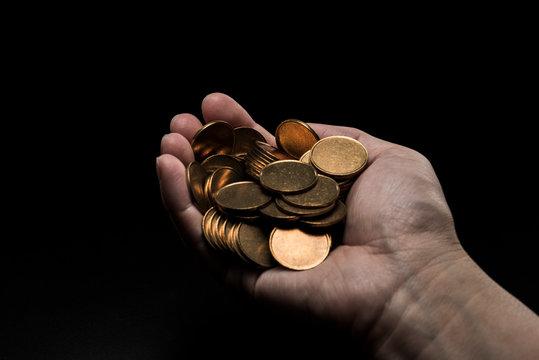 金貨を掴む手