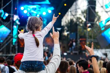 Children sit around the neck at a street concert Fotomurales