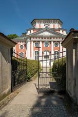 Eingangsportal zur denkmalgeschützten Schlosskirche Berlin-Buch - Im Gibelfeld der hebräische Gottesname JHWH