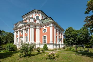 Barockes Kleinod: Denkmalgeschützte Schlosskirche Berlin-Buch, Blick von Südosten - Im Gibelfeld der hebräische Gottesname JHWH