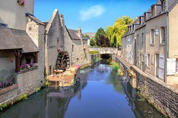 Fotorollo Dunkelgrau Bayeux. La rivière Aure en centre-ville. Calvados. Normandie