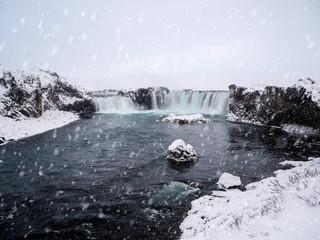 godafoss wasserfall im winter bei schnee