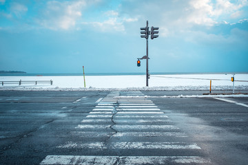 Photo sur Toile Piscine 寒い雪国の信号機と横断歩道の様子, A Traffic Light with Snow in Winter