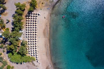 Wall Mural - Luftaufnahme des populären Klima Strandes auf der Insel Ägina, Saronischer Golf, Griechenland, ohne Menschen