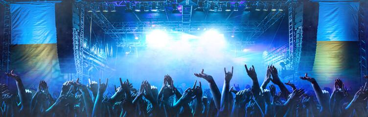 Feiernde Menschen vor einer Bühne