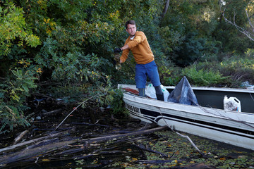 Pardy, 32-year-old, removes plastic bottle from River Tisza near Tiszafured