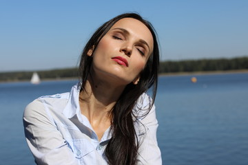 Obraz Piękna kobieta w  promieniach słońca - fototapety do salonu