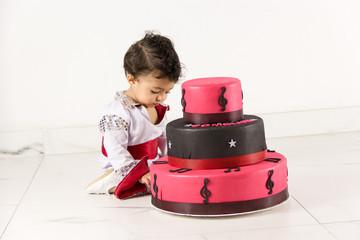 bebê e o bolo