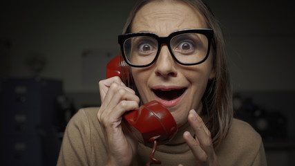 Fotomurales - Panicked woman on the phone