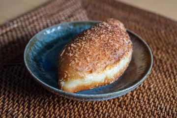 唐津焼のお皿に載せたカレーパン