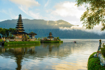 Foto auf AluDibond Kultstatte Morning Scenery in Ulun Danu Temple