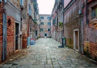menschenleere Gasse in Venedig