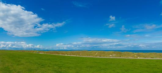 Landschaft auf dem Deich von Heidkate bei Kiel mit Blick auf die Dünen und die Ostsee
