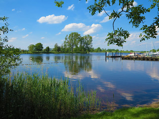Landschaft mit keinem Yachthafen von Bargen am Fluss Eider in Schleswig-Holstein