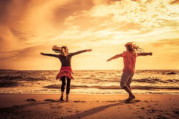 Glückliches Paar am Strand bei sonnenuntergang