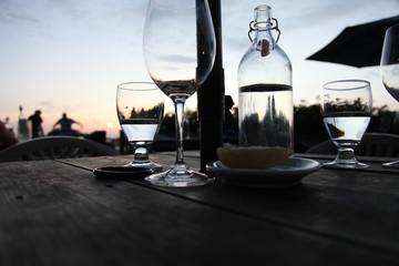 Abendessen bei Sonnenuntergang im Garten