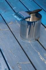 Renovierung einer Holzterrasse mit blauer Farbe
