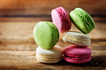 Foto op Textielframe Macarons Multicoloured macarons on a dark wood background