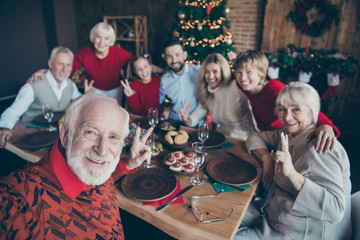 Self-portrait of nice cheerful big full family generation gathering spending winter day tradition eating brunch showing shoot v-sign in modern industrial loft style interior decorated house indoors Papier Peint