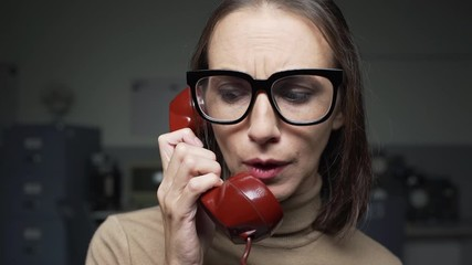 Fotomurales - Woman receiving shocking news on the phone