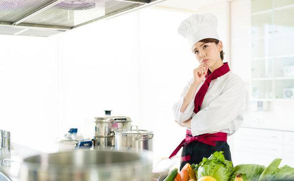 悩む女性調理師