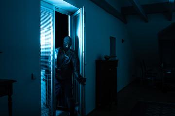Einbrecher bricht auf Diebestour in Wohnung ein - fototapety na wymiar