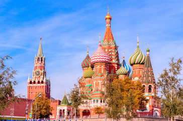 Fototapete - Spasskaya Tower, the Moscow Kremlin and St. Basil's Cathedral. Architecture and sights of Moscow.
