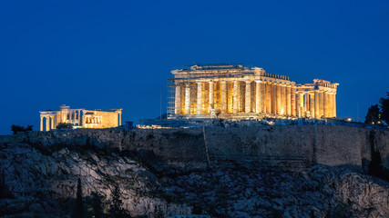 Fototapete - Parthenon at night, Athens, Greece. It is a top landmark of Athens. Famous old temple on Acropolis hill in evening. Illuminated classical Greek ruins close-up. Remains of ancient Athens city at dusk.
