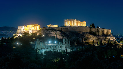 Fototapete - Acropolis of Athens at night, Greece. It is a top landmark of Athens. Scenic panorama of illuminated Ancient Greek ruins with Parthenon temple in evening. Landscape of Athens city at dusk.