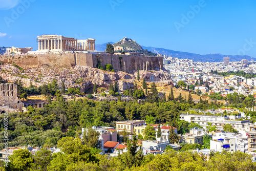 Fototapete Athens in summer, Greece. Famous Acropolis hill rises above cityscape. It is top landmark of Athens. Scenic view of Ancient Greek ruins. Landscape of old Athens city with Parthenon. Skyline of Athens.