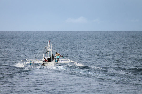 Philippine Bangka setting off for open sea
