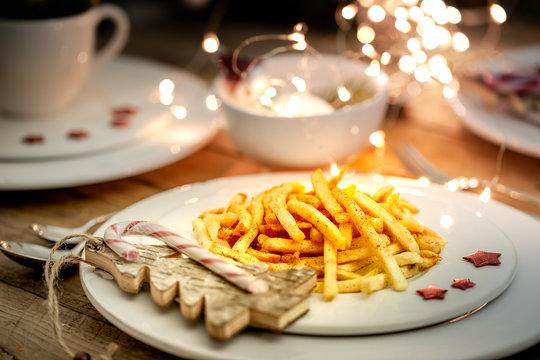 Weihnachtlich gedeckter Tisch mit Pommes frites