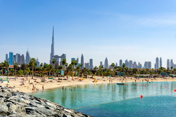 Türaufkleber Dubai Beach in Dubai with people and skyscapers in the background