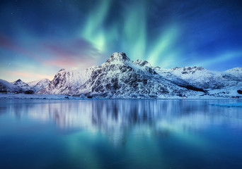 Photo sur Aluminium Aurore polaire Aurora Borealis, Lofoten islands, Norway. Nothen light, mountains and frozen ocean. Winter landscape at the night time. Norway travel - image