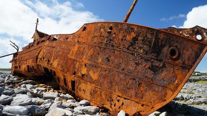 Wrack von einem Schiff das aufs Land geschlaufen ist und rostet