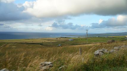 Irland mit Blick auf eine bäueriche Landschaft und Meer