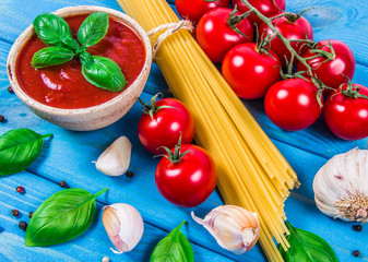Fresh tomato sauce with garlic and basil, for pasta dishes.