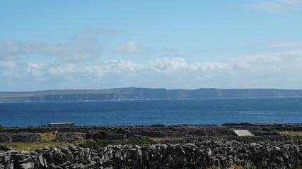 Frerne Sicht auf die Steilküsten von Irland