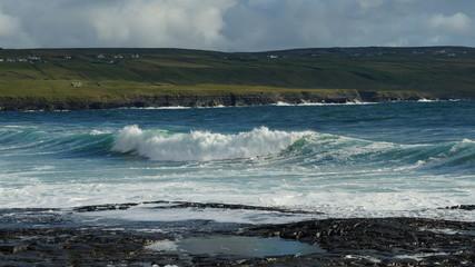 An der Küste  von Irland hohe Wellen