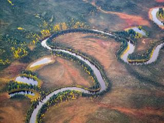 Beginnender Herbst - Indian Summer und Flußlandschaft in der Brooks Range, Alaska - Luftaufnahme