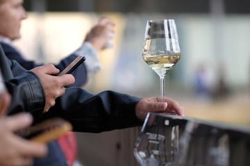 Spoed Foto op Canvas Un bicchiere di vino a lavoro