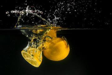 Obraz Lemon splashing into water - fototapety do salonu
