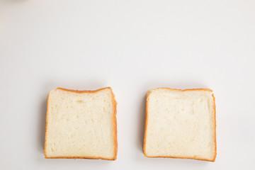 白背景に食パンが二つ並んでいる plain bread