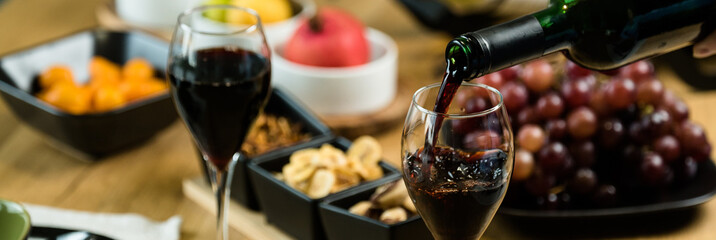In de dag Wijn Pouring wine into glass and food background