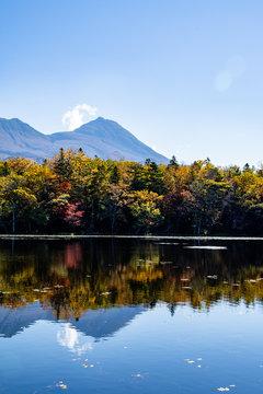 秋の知床 知床五湖【三湖】と知床連山(北海道・斜里町)
