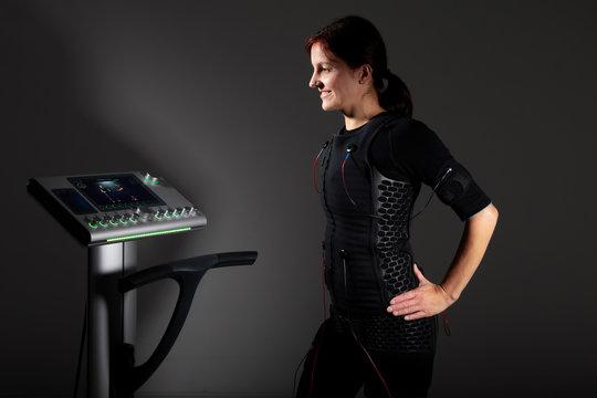 Junge sportliche Frau im EMS Anzug