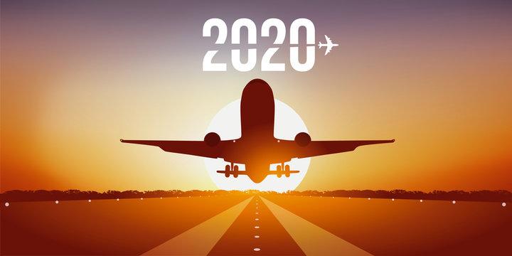 Année 2020 montrant un avion prenant son envol en décollant de la piste d'un aéroport devant un coucher de soleil